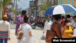 Personas aglomeradas en Las Tunas. Foto Periódico 26.