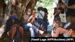 Cubanos se conectan a internet en un punto Wi Fi de La Habana. (Yamil Lage /AFP/Archivo).
