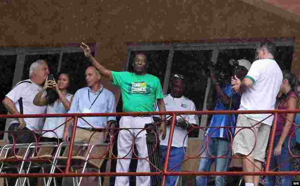 El exfutbolista brasileño Pelé llega el martes 2 de junio de 2015, para el partido amistoso entre el Cosmos de Nueva York y la selección nacional cubana en el estadio Pedro Marrero de La Habana (Cuba).