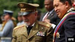 ARCHIVO. Hugo Chávez recibió el 1 de enero de 2009 al comandante Ramiro Valdés Menéndez en Caracas.