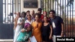 Artistas cubanos convocaron en las redes sociales a una sentada pacífica frente al Ministerio de Cultura contra el Decreto 349, que terminó en arrestos y acoso de la policía política.