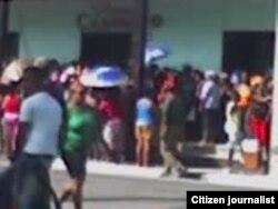 Reporta Cuba Colas para comprar uniformes escolares foto duniesky dominguez