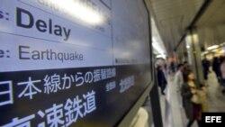 Una pantalla ofrece información sobre los trenes con retraso debido al terremoto en el noreste de Japón hoy, viernes 7 de diciembre de 2012 en una estación en Tokio (Japón).
