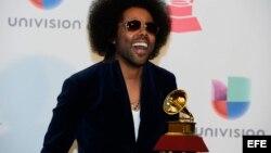 Alex Cuba posa con su gramófono por la categoría Mejor Álbum Cantautor. EFE