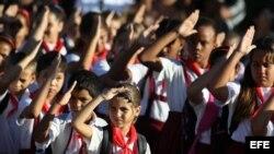 Alumnos de una escuela primaria saludan a la bandera el lunes 2 de septiembre de 2013, en La Habana (Cuba).