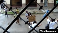 Damas de Blanco son arrestadas el domingo 19 de agosto en La Habana (al centro berta Soler con un cartel a manera de protesta). Archivo.