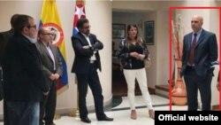 Ayudando a los partidos: El jefe de centro de la DI en Colombia Joel Marrero (d) con el líder, Timochenko, (i) y otros jefes de las FARC.
