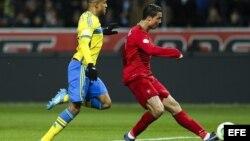 El jugador de Portugal, Cristiano Ronaldo (d) anota un gol ante Suecia.