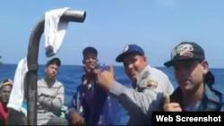 Presuntos policías llegan en balsa a costas de Florida