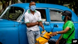 Un taxista privado espera por pasajeros en Bauta, Artemisa. (AP/Ramón Espinosa)
