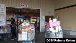 Residentes del Sur de la Florida salen a realizar sus compras de primera necesidad.