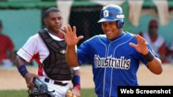 Yasmani Tomás, ex jugador del equipo Industriales (Cuba), sonríe...