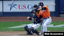 Giancarlo Stanton es golpeado debajo del ojo izquierdo por un lanzamiento de Mike Fiers.