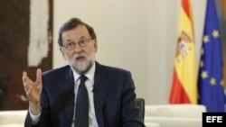 """El presidente del Gobierno, Mariano Rajoy, ha garantizado hoy que, al igual que hizo para evitar el rescate por parte de la UE, ante la situación en Cataluña hará """"lo que crea que deba de hacer, lo que crea que sea mejor para España y en el momento que m"""