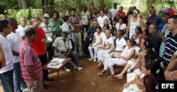Varios disidentes cubanos se reúnen el viernes 10 de abril de 2015, en La Habana.