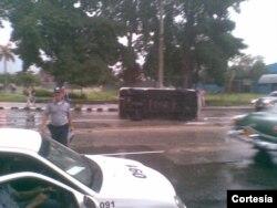 Oficiales de la PNR en la escena del accidente