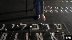 Un hombre coloca flores en la Sala del Recuerdo en el Museo del Holocausto en Jerusalén (Israel).