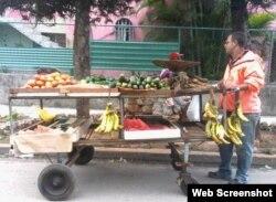 Venta de alimentos por los carretilleros