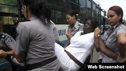 Foto de la detención de una Dama de Blanco en La Habana.