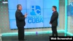 Humberto López (der.) entrevista al fiscal José Luis Reyes Blanco.