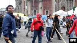 Manifestantes se enfrentan a policías en el desalojo de grupo de maestros de la Coordinadora Nacional de Trabajadores de la Educación (CNTE) hoy, viernes 13 de septiembre de 2013, en el Zócalo de Ciudad de México