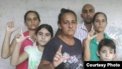 Foto de la familia Leyva. Maydolis Leyva Portelles (c), madre de Anairis, Adairis y Fidel.