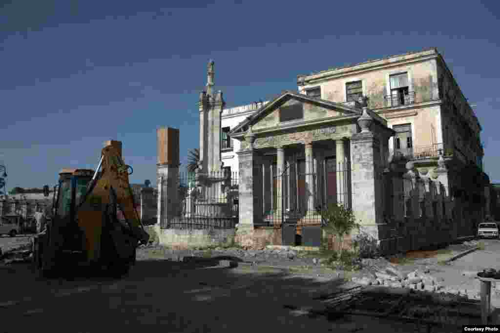 El Templete, en reparación.