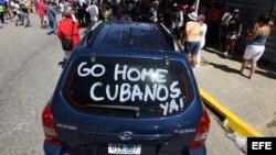 Un grupo de personas protestó el 2 de febrero de 2014, frente al hotel que hospedaba al equipo cubano de Villa Clara que participa en la Serie del Caribe de Béisbol, en Venezuela.