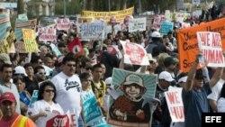Fotografía de archivo de grupos latinos protestando contra las redadas realizadas por el alguacil Joe Arpio del condado Maricopa, el 16 de enero de 2010, en Falcon Park en Phoenix, Arizona (EE.UU.). EFE/ Gary Williams