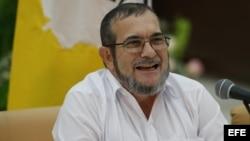 """El máximo líder de las FARC, Rodrigo Londoño, alias """"Timochenko"""" ofrece declaraciones tras firmar un acuerdo con el presidente de Colombia."""