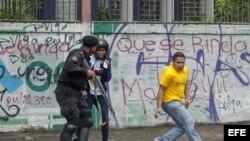 Manifestantes se enfrentan a policías en Managua