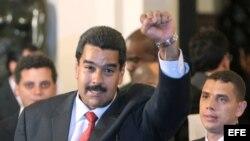 Nicolás Maduro, levanta el puño tras ser reconocido por la Unión de Naciones Suramericanas (UNASUR).