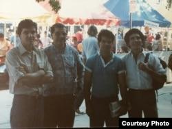 De izquierda a derecha: Juan Abreu, José Abreu, Luis de la Paz y Reinaldo Arenas, en una Feria del Libro de Miami (Foto: Cortesía de Juan Abreu).