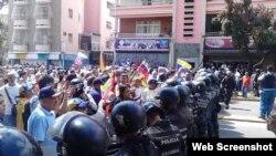 Policia trata de impedir acceso de ciudadanos a la Plaza Victoria en Caracas