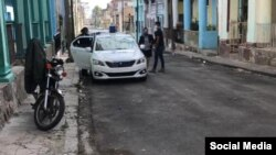 Una patrulla de la policía frente a la vivienda de la periodista María Matienzo. (Foto: Facebook)
