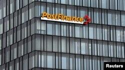 El logo de Swiss Post Finance en la sede de la institución financiera en Berna, Suiza. REUTERS/Ruben Sprich