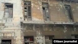 A punto de desplomarse edifico en San Lázaro, esquina a Perseverancia en Centro Habana
