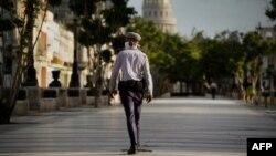 Un policía vigila las calles de La Habana durante la pandemia. Ramon Espinosa / POOL / AFP)