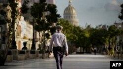 Un policia vigila las calles de La Habana durante la pandemia. Ramon Espinosa / POOL / AFP)