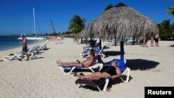 Turistas toman el sol en un resort de la playa Ancón, en Trinidad, Cuba.