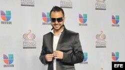 El cantante puertorriqueño Tony Dize posa a su llegada a los Premios Lo Nuestro 2011.