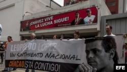 Un grupo de personas manifiestan su apoyo al dirigente de la oposición venezolana, Leopoldo López, frente al Palacio de Justicia el 30 de septiembre de 2014. EFE/MIGUEL GUTIERREZ