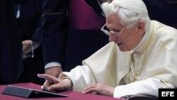 El papa Benedicto XVI publica por primera vez en Twitter al finalizar la audiencia general de los miércoles en el Aula Pablo VI en Ciudad del Vaticano el miércoles 12 de diciembre de 2012.