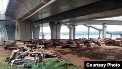 Ataúdes de madera destruidos bajo un puente en el condado de Anfu, en la provincia de Jiangxi, sureste de China. (Foto cortesía de residentes del condado de Anfu)