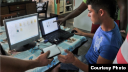 """Los cubanos esperan con impaciencia el paquete clandestino de películas, series de TV, deportes, juegos y música, que se vende en """"pendrives"""" cada semana."""