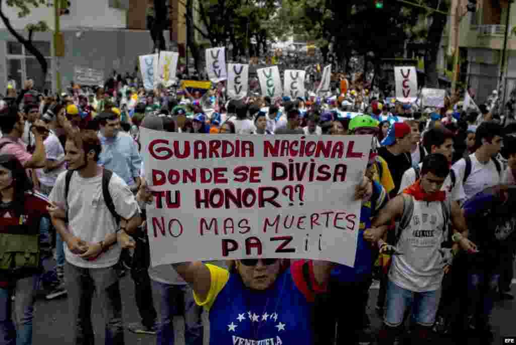 Estudiantes opositores se enfrentaron con la policía cuando intentaban marchar por el centro de Caracas, desafiando una prohibición gubernamental en medio de la ola de protestas que vive Venezuela desde hace más de un mes.
