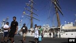 """La tripulación del buque escuela argentino """"Libertad"""", retenido en Ghana."""