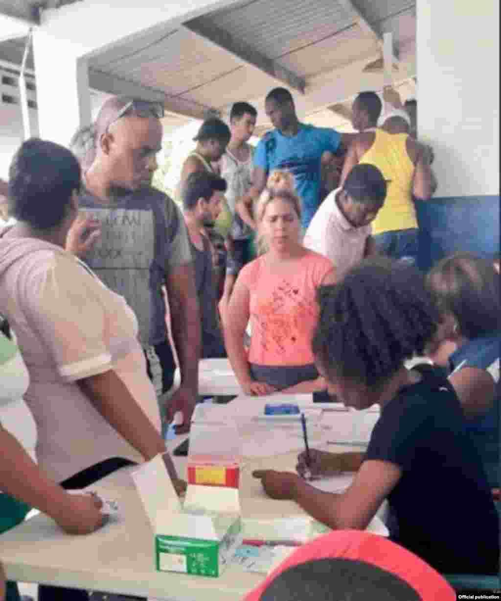Caravana de migrantes cubanos en Panamá. Foto Servicio Nacional de Fronteras de la República de Panamá.