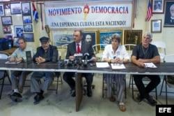 Ramón Saúl Sánchez (c), junto a Carmelo Díaz (i), Luis Felipe Rojas Mir (2i), María Lourdes Naranjo (2d) y Jorge Luis Delgado (d).