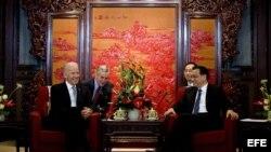 El vicepresidente de Estados Unidos, Joe Biden (i), se reúne con el primer ministro de China, Li Keqiang (d), durante una reunión hoy, jueves 5 de diciembre de 2013, en el complejo diplomático Zhongnanhai de Pekín, China